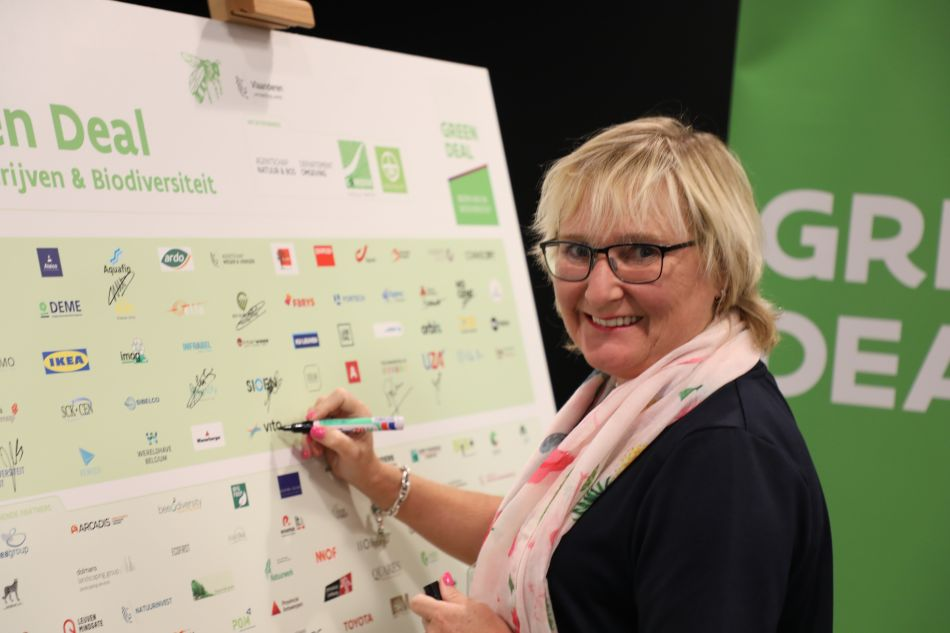 Agnes Bosmans, Director Human Resources and General Services signs the Green Deal Companies and Biodiversity