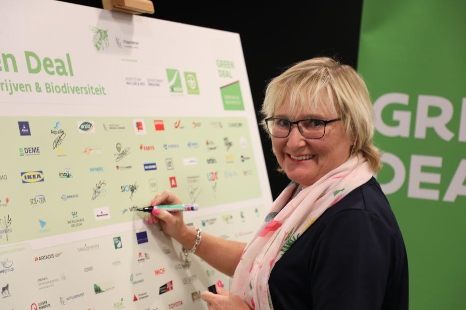 Agnes Bosmans, Directeur Human Resources en Algemen Diensten ondertekent de Green Deal Bedrijven en Biodiversiteit